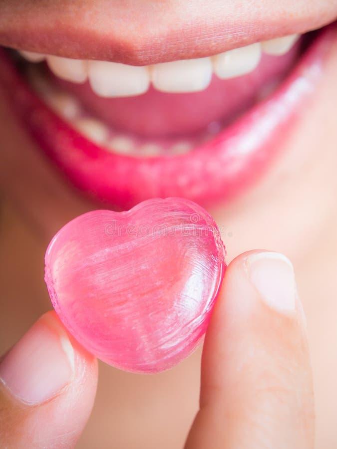 Ręki zrywania kierowy cukierek usta zdjęcia royalty free