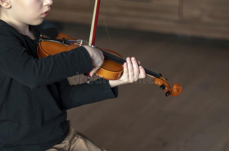 Rękojeść chwyta skrzypce Chłopiec przewożenia skrzypce Młoda chłopiec bawić się skrzypce, utalentowany skrzypcowy gracz hornsecti zdjęcia royalty free