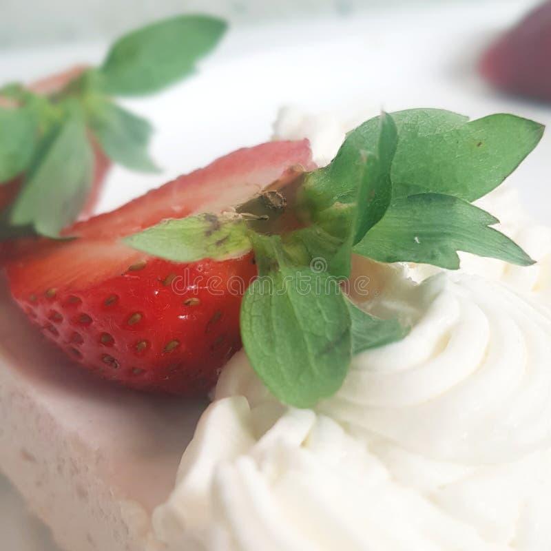 Rżnięta truskawka i tort obrazy royalty free