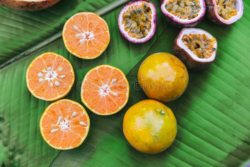 Rżnięte przyrodnie świeże pomarańcze i Pasyjne owoc na bananowych liściach Przykładu smak kawa Fruity i Kwaśny zdjęcia stock