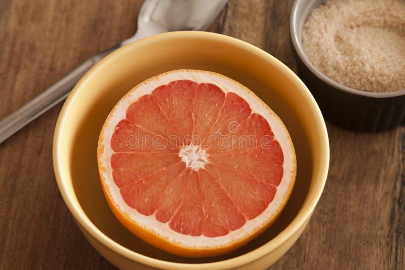 Rżnięty świeży różowy grapefruitowy słuzyć dla śniadania fotografia stock