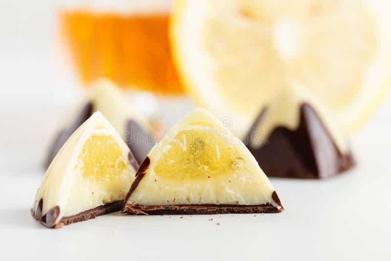 Rżnięty handmade czekoladowy bonbon z wanilii i cytryny plombowaniem obraz stock