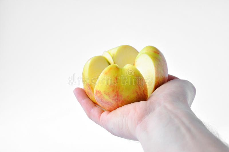 Rżnięty jabłko w ręce obrazy stock
