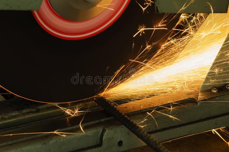 Rżnięty metal z ostrzarz maszyną, iskry podczas gdy szlifierski żelazo obraz stock