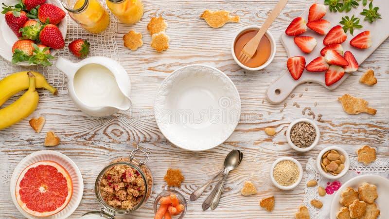 r Ένα σύνολο προϊόντων για την προετοιμασία ενός υγιούς χορτοφάγου και θρεπτικού γεύματος, σπιτικό granola, γιαούρτι, νωποί καρπο στοκ εικόνα με δικαίωμα ελεύθερης χρήσης