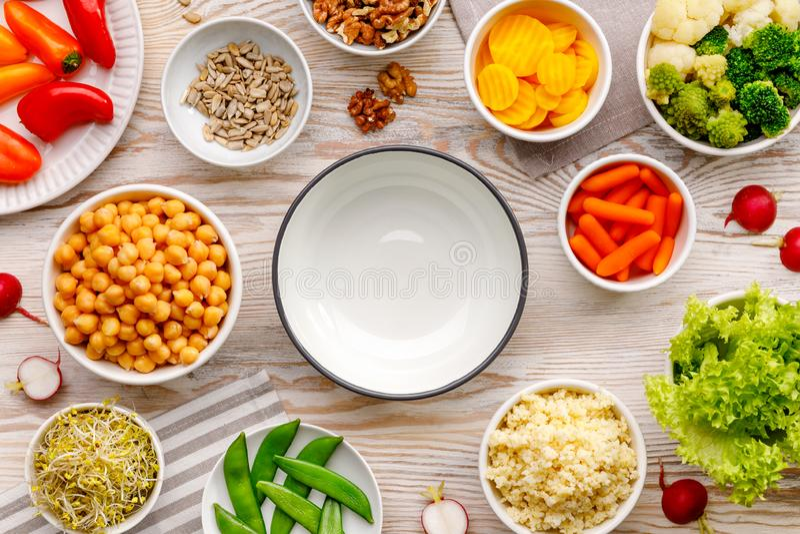 r Ένα σύνολο προϊόντων για την προετοιμασία μιας υγιούς vegan και θρεπτικής σαλάτας, κύπελλο του Βούδα, τοπ άποψη στοκ φωτογραφίες με δικαίωμα ελεύθερης χρήσης