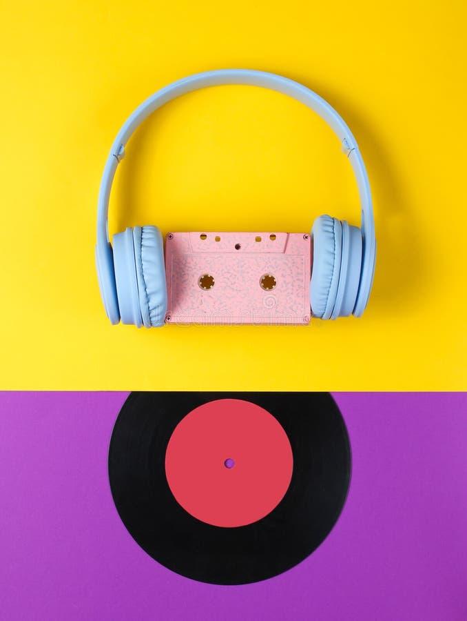 r Ακουστικά με την ακουστική κασέτα στοκ φωτογραφία με δικαίωμα ελεύθερης χρήσης