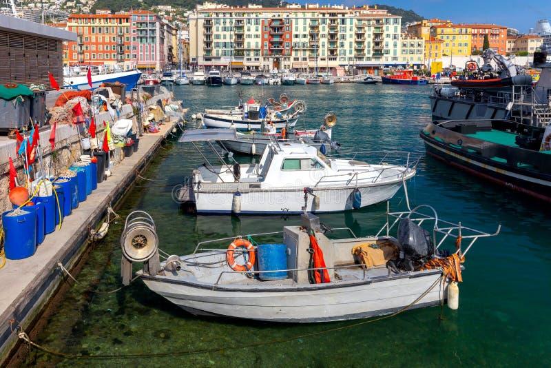 r Αλιευτικά σκάφη κοντά στην αποβάθρα στον παλαιό λιμένα στοκ εικόνες με δικαίωμα ελεύθερης χρήσης