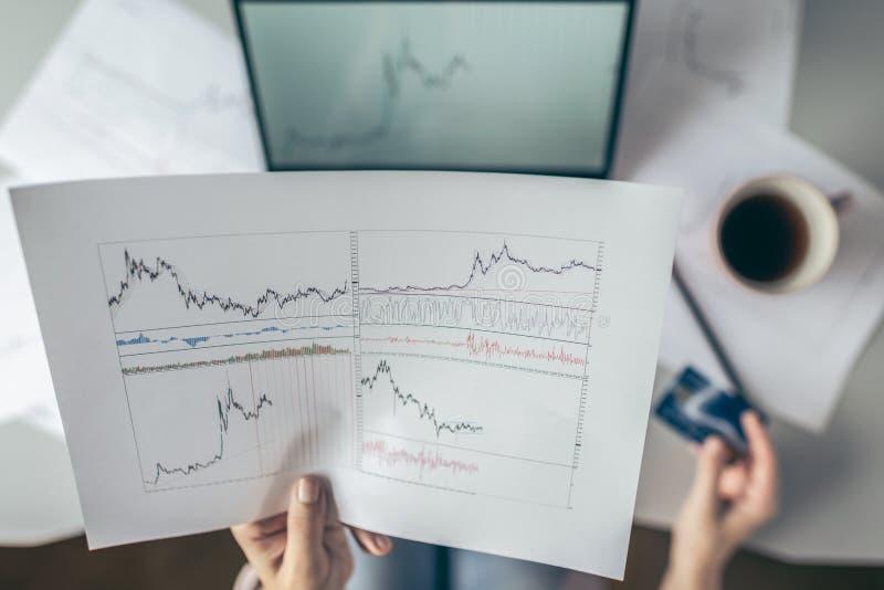 r Γυναίκα που χρησιμοποιεί το lap-top και την πιστωτική κάρτα για την αγορά σε απευθείας σύνδεση στο χρηματιστήριο πληρώστε και ε στοκ φωτογραφία