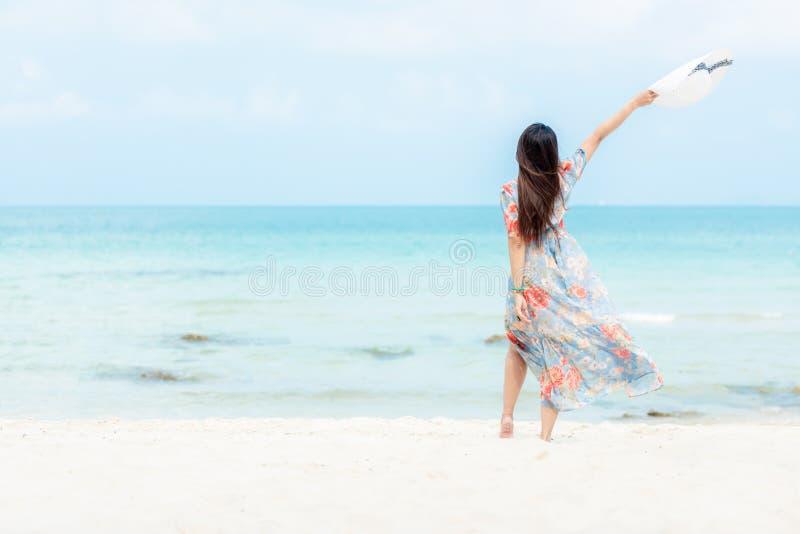 r Γυναίκα τρόπου ζωής που φορά τα θερινά ταξίδια μόδας που στέκονται στην αμμώδη ωκεάνια παραλία Η ευτυχής γυναίκα απολαμβάνει κα στοκ φωτογραφίες με δικαίωμα ελεύθερης χρήσης