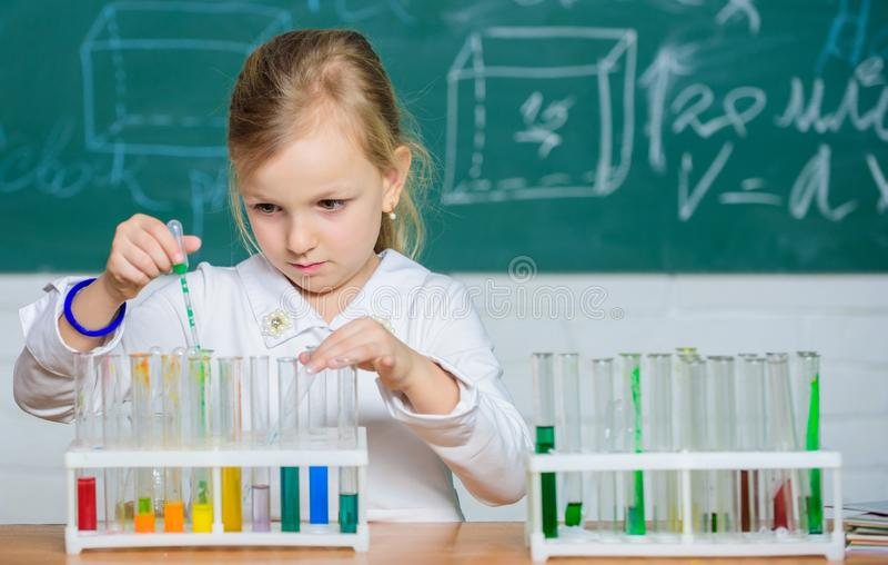 r Ενδιαφέρουσα προσέγγιση που μαθαίνει Το παιδί επιθυμεί να πειραματιστεί Εξερευνήστε και ερευνήστε Σχολικό μάθημα r στοκ εικόνες