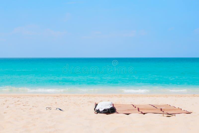 r Εξαρτήματα παραλιών στην τροπική παραλία άμμου στοκ φωτογραφία