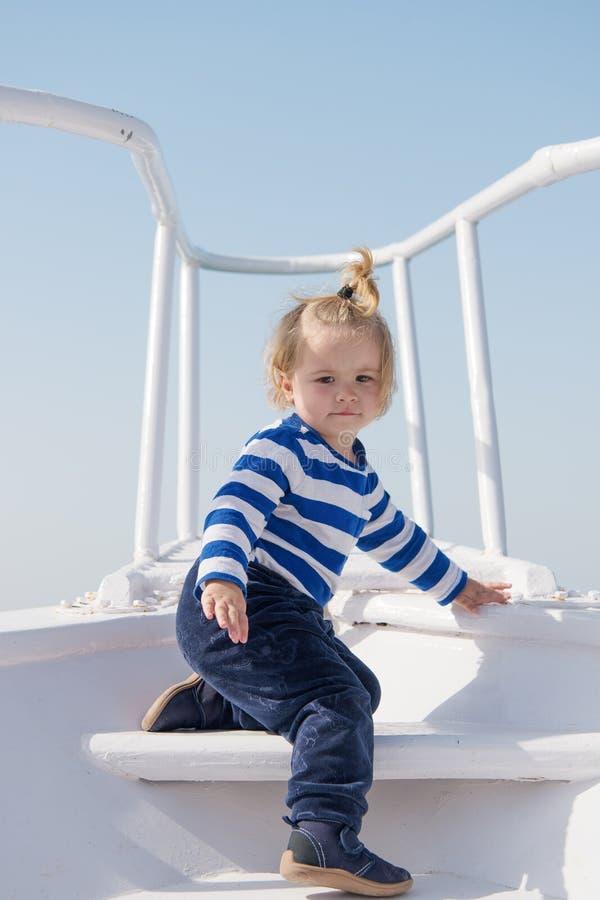 r r ευτυχές μικρό αγόρι στο γιοτ ταξίδι βαρκών από τη θάλασσα ή τον ωκεανό αστείο παιδί στο ριγωτό ναυτικό στοκ εικόνα