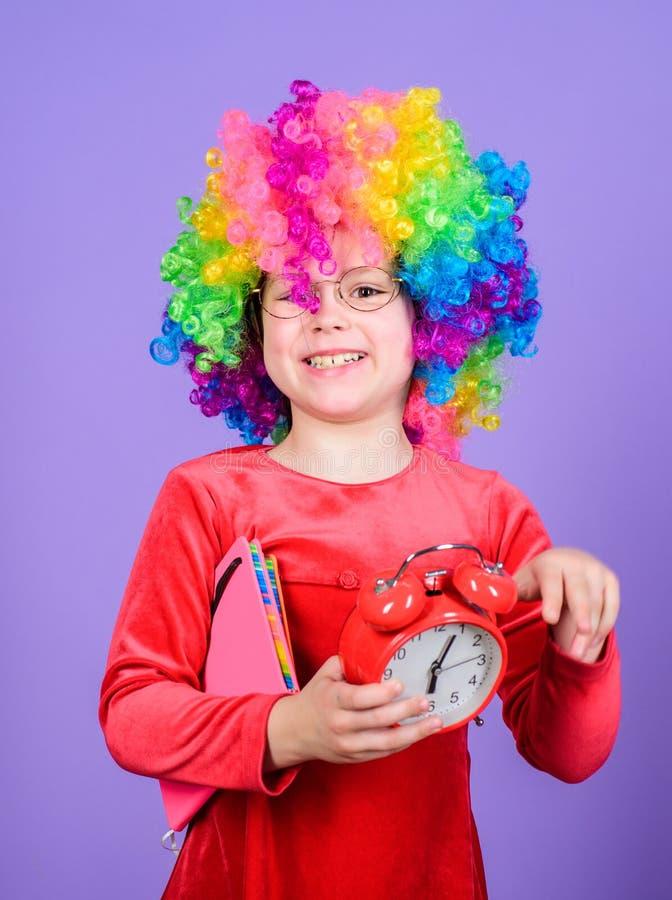 r r r Ευτυχείς στιγμές Ξυπνητήρι λαβής παιδιών Χαριτωμένο εύθυμο παιδί κοριτσιών στοκ φωτογραφία με δικαίωμα ελεύθερης χρήσης