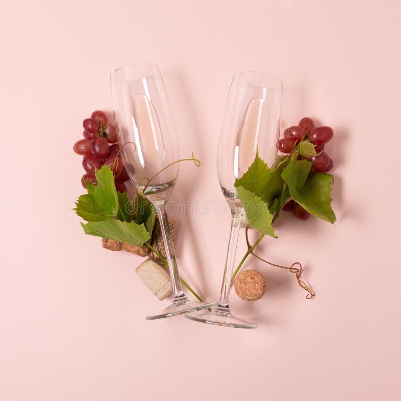 r Η επιστολή Β φιαγμένη από wineglasses με το τριαντάφυλλο και το άσπρο κρασί, σταφύλια, αφήνει και βουλώνει να βρεθεί στο ρόδινο στοκ φωτογραφία