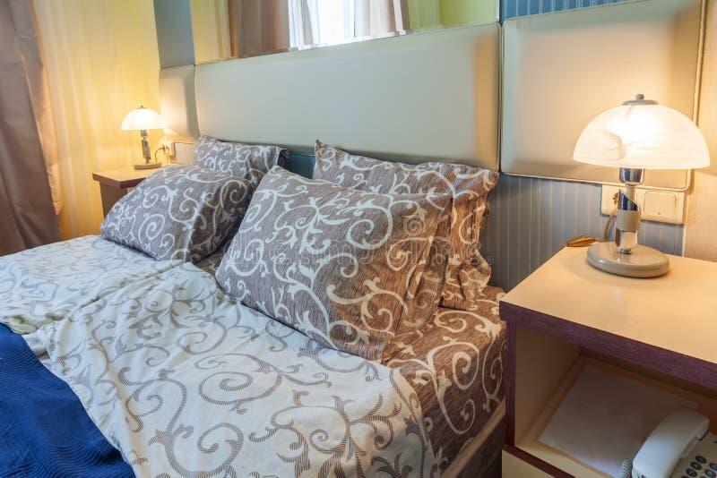 r Λεπτομέρεια της κρεβατοκάμαρας στο ξενοδοχείο στοκ εικόνα με δικαίωμα ελεύθερης χρήσης