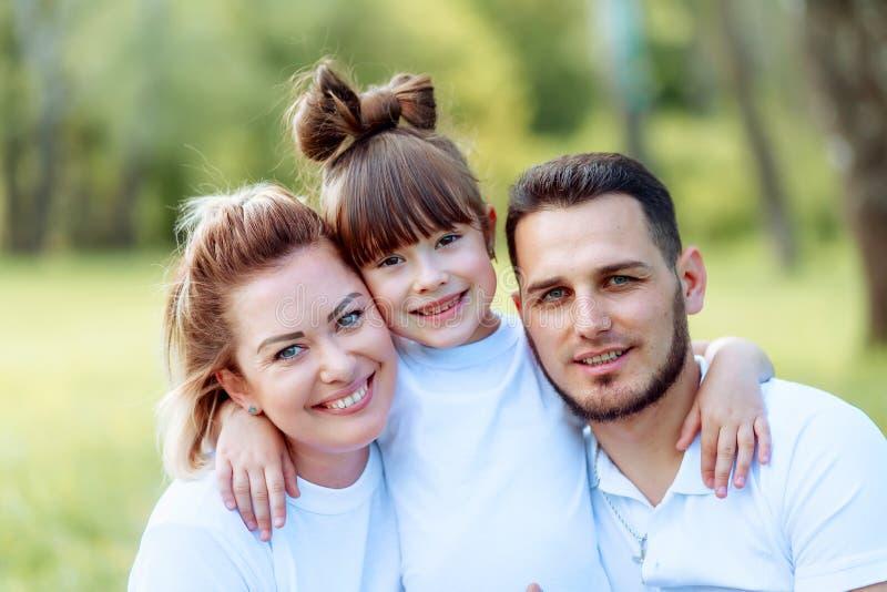 r Νέοι μητέρα και πατέρας με την κόρη τους στο πάρκο στοκ εικόνες με δικαίωμα ελεύθερης χρήσης