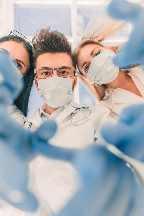 r οι χειρούργοι γιατρών εκτελούν τη λειτουργία r στοκ εικόνες