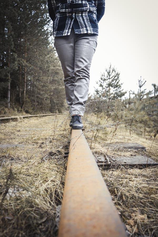 r Σιδηρόδρομος o περπατά κατά μήκος των πορειών r στοκ φωτογραφία με δικαίωμα ελεύθερης χρήσης