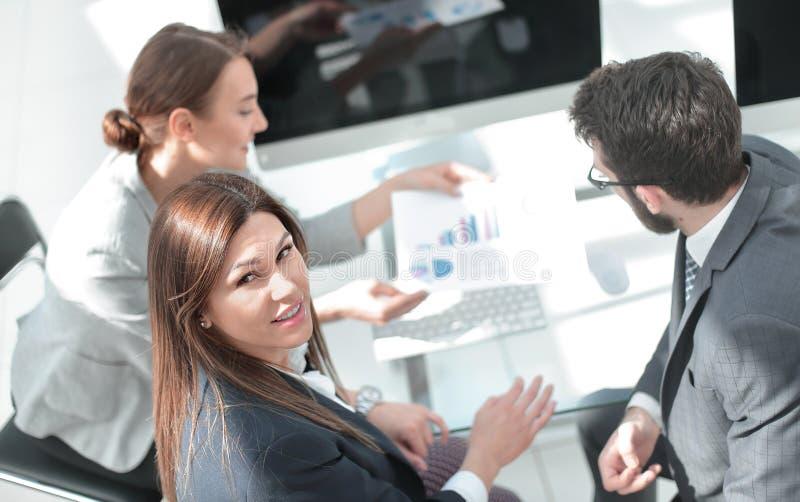 r συνεδρίαση επιχειρηματικών μονάδων στο γραφείο στοκ εικόνες με δικαίωμα ελεύθερης χρήσης