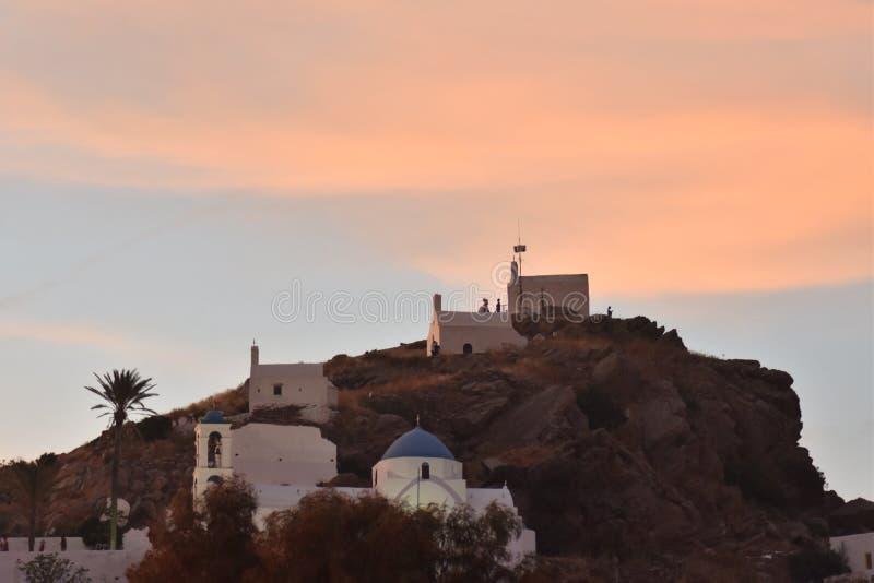 r Τρία παρεκκλησια επάνω σε έναν λόφο στο ηλιοβασίλεμα στοκ εικόνα με δικαίωμα ελεύθερης χρήσης