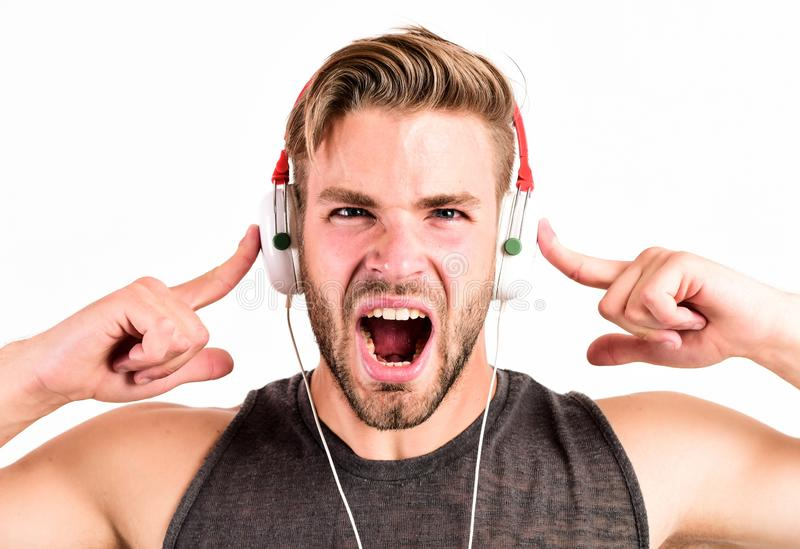 r χαλαρώστε το playlist που το προκλητικό μυϊκό άτομο ακούει μουσική από το άτομο playlist χαλαρώνει στα ακουστικά που απομονώνον στοκ εικόνα
