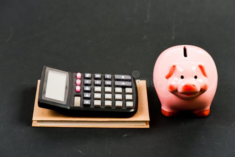 r Бухгалтерия и зарплата moneybox с калькулятором E планирование считая бюджет Дело Commerece стоковые изображения rf