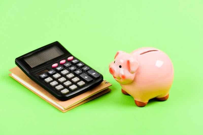 r Бухгалтерия и зарплата moneybox с калькулятором E управление капиталом bookishly финансовый стоковое фото rf