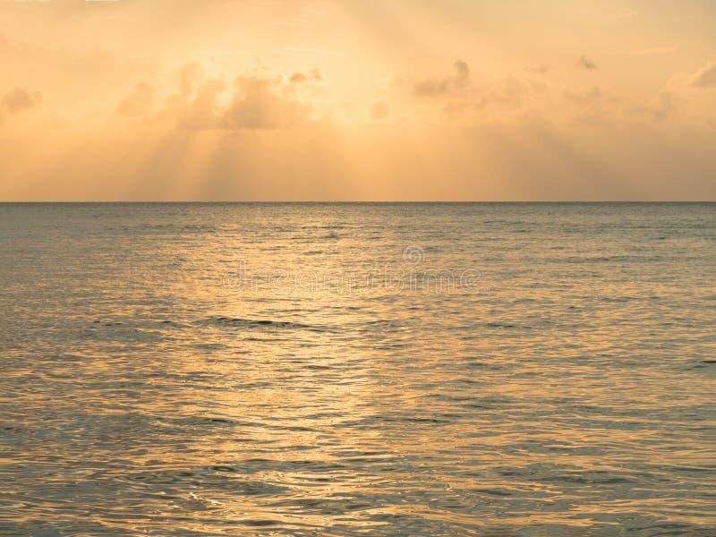 r Вдохновляющий штиль на море природы отражает с заходом солнца красивого облака вечера сумерек неба золотого оранжевого драматич стоковое фото