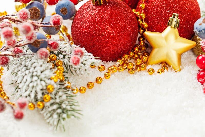 r Граница состава Xmas с безделушками красного яркого блеска стеклянными, ягодами падуба, звездой золота, гирляндой и зеленой хво стоковая фотография