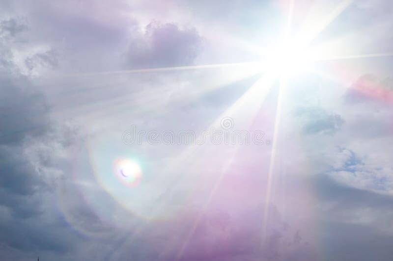 r Графическая предпосылка облаков шторма с ярким лучем светов солнечного света и bokeh стоковая фотография rf