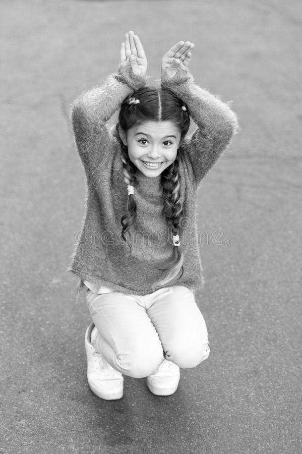 r Девушка зайчика праздника представляя как предпосылка кролика серая Роль зайчика игры ребенка усмехаясь Шаловливый младенец стоковые фото