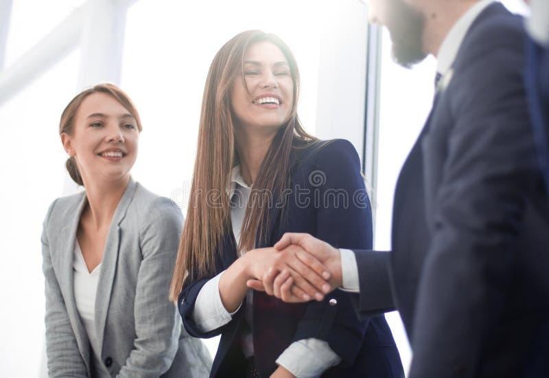 r добро пожаловать и рукопожатие бизнесменов стоковые изображения