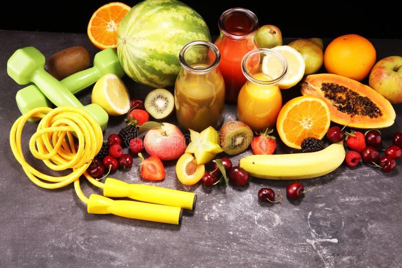 r здоровые плоды, smoothies и оборудование фитнеса спорта, гантели и скача веревочка стоковые изображения rf