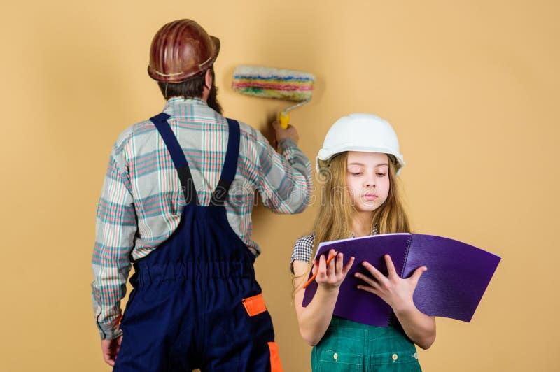 r r Инструменты для ремонта человек с маленькой девочкой проектировать образование ассистент рабочий-строителя стоковое изображение