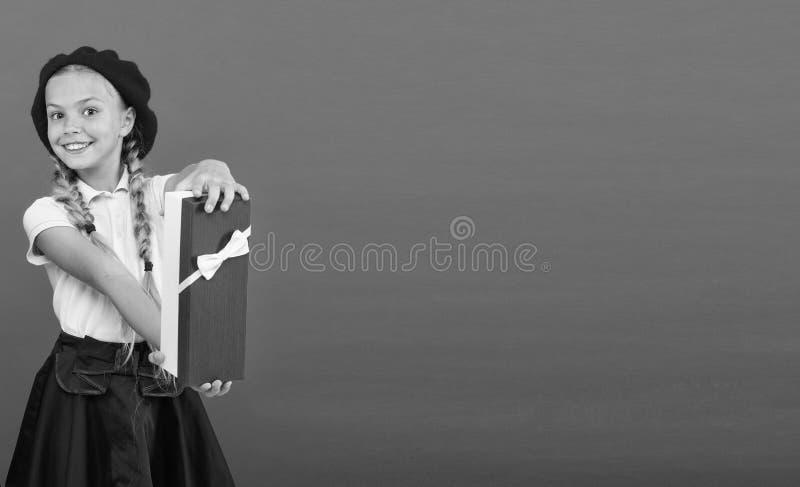 r   Коробка подарка на день рождения владением ребенк девушки Каждая мечта девушки о таком сюрпризе стоковые фото
