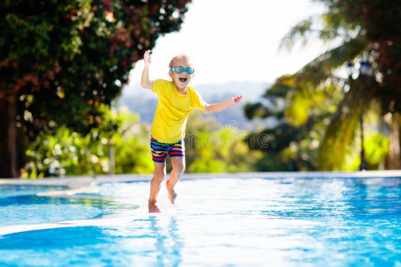 r Летние каникулы с детьми стоковое изображение rf