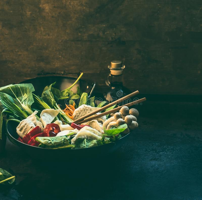 r Лоток вка с красочными ингредиентами для корейского бака вегетарианца одного Подготовка бака вареника горячая на темном кухонно стоковые изображения rf