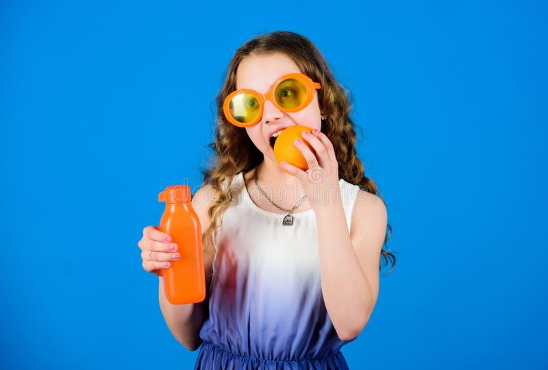 r маленькая девочка в стеклах моды Питание витамина освежая сок витамина r o стоковые фото