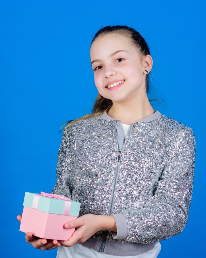 : r Милый прелестный ребенок носит подарочную коробку ( Мир списка целей дня рождения  стоковые изображения rf
