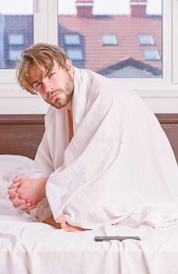 r Молодой человек протягивая пока просыпающ вверх в утре Надежда утра стоковая фотография rf
