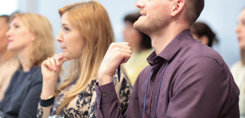 r молодые предприниматели на бизнес-конференции стоковая фотография