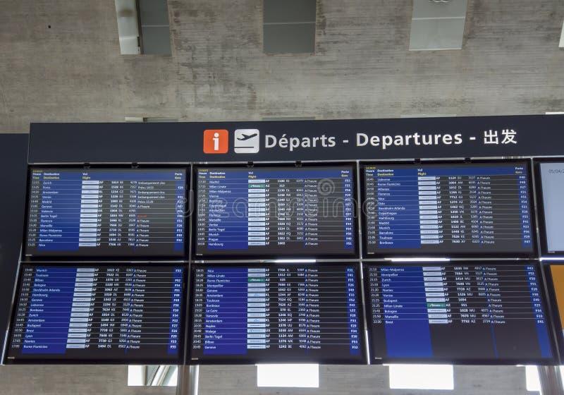 r Мониторы с отклонениями и полетами прибытий на международный аэропорт Шарль де Голль стоковое изображение