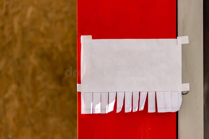 r Объявление или объявление бумаги улицы с нашивками разрыва- с телефонным номером Пустой дизайн Естественное солнечное освещение стоковая фотография rf