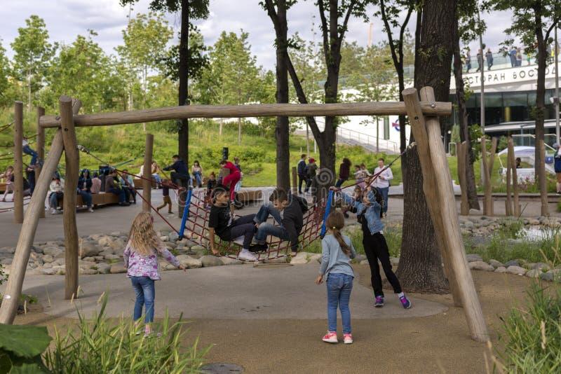 r 5-ое июля 2019 Парк Zaryadye Игра детей в качании парка отбрасывая стоковые фото