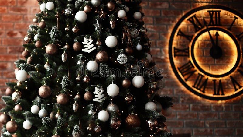 r Рождественская елка и часы на предпосылке кирпичной стены стоковая фотография rf