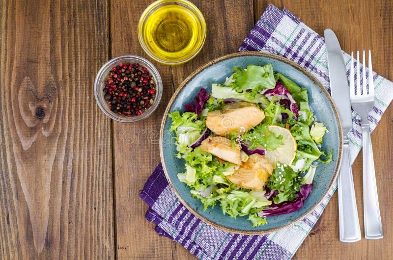 r Салат с зелеными листьями и кипеть семгами стоковые изображения