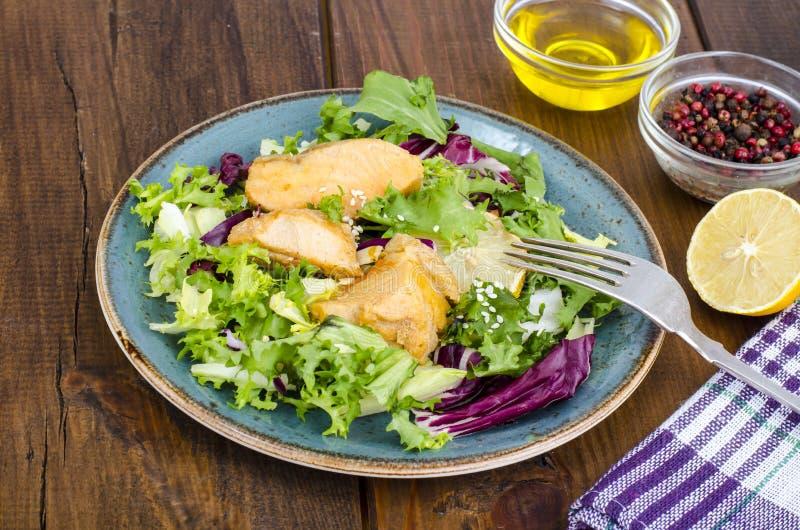 r Салат с зелеными листьями и кипеть семгами стоковое изображение rf