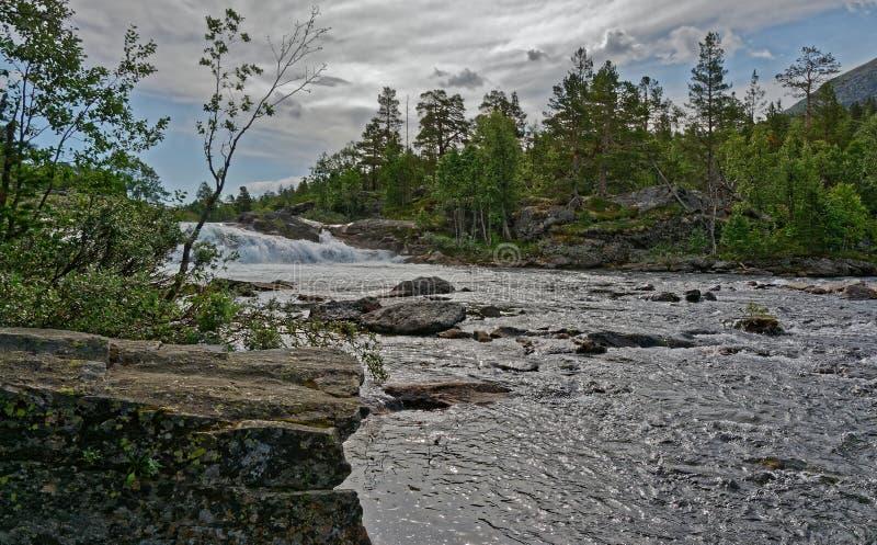 r Свирепствуя река через Romsdalen стоковые изображения