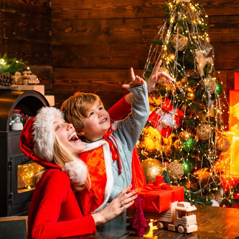 r Семья имея рождественскую елку потехи дома Мама и ребенк стоковое изображение rf